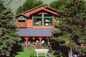 Alpine House Lodge and Cabins :: A beautifully manicured property along Flat Creek in the heart of Jackson, this bed & breakfast features 22 guest rooms and cottages, delicious breakfast, and spa services.